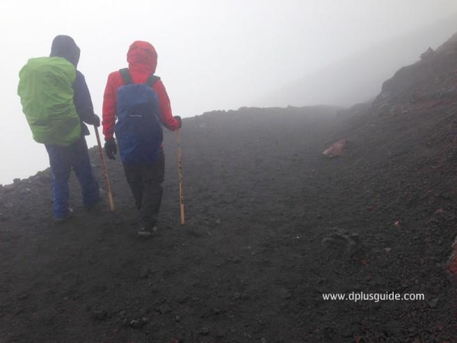 เที่ยวญี่ปุ่น ทางลงภูเขาไฟฟูจิ อากาศแปรปรวน เดี๋ยวหมอก เดี๋ยวแดด