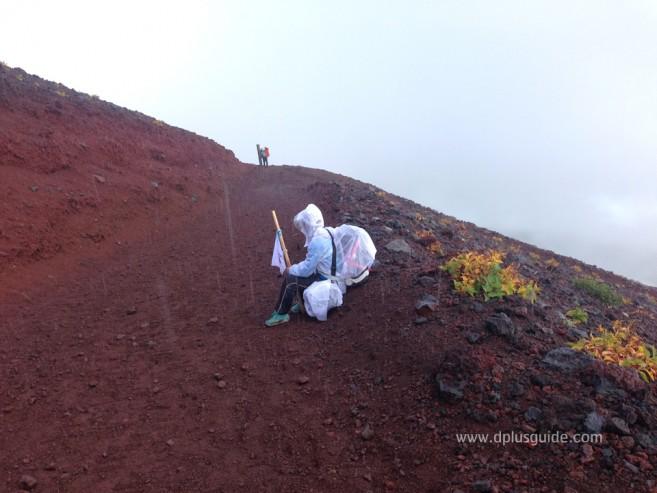 เที่ยวญี่ปุ่น ตะลุยภูเขาไฟฟูจิ ฝนตกที่ทางลง Yoshida Trail