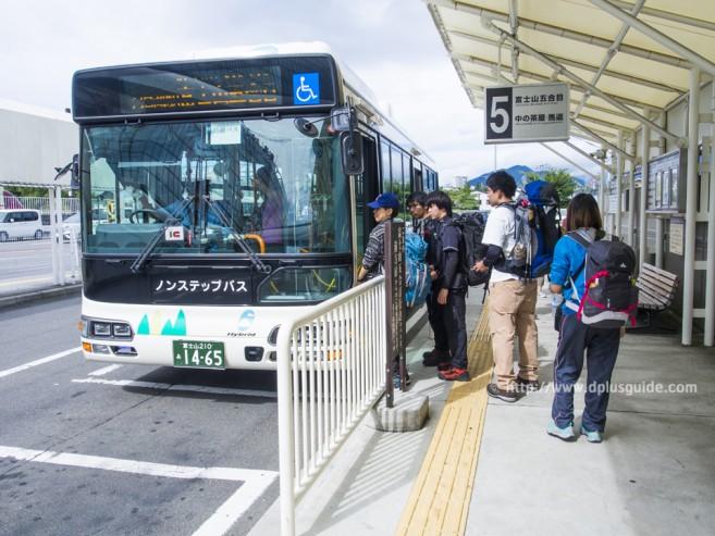 รถบัสสำหรับไปยัง Station 5 ของภูเขาไฟฟูจิ ขึ้นที่จุดขึ้นรถบัสหมายเลข 5