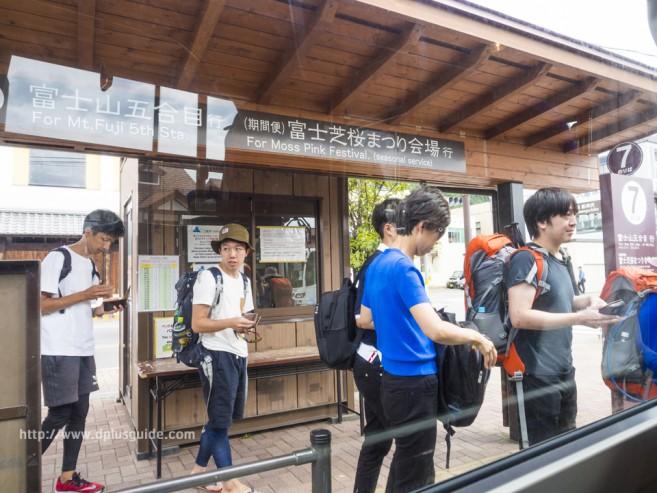 รถบัสสำหรับไปยัง Station 5 ของภูเขาไฟฟูจิ แวะรับนักท่องเที่ยวที่สถานี Kawakuchigo