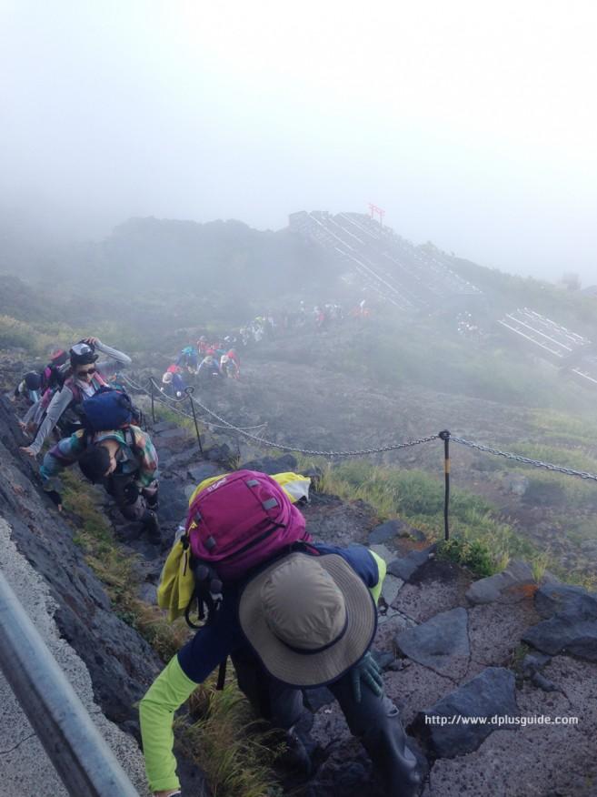 เนินปราบเซียน เส้นทางพิชิตภูเขาไฟฟูจิ บริเวณทางขึ้น Station 8 และนักท่องเที่ยวมากมาย