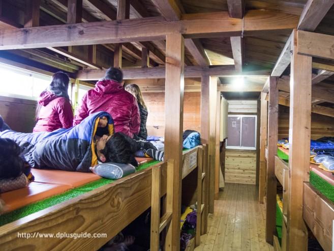 เที่ยวญี่ปุ่น ที่นอนในโรงแรมบนภูเขาไฟฟูจิ นอนปะปนกัน แบ่งที่นอนเป็นสองชั้นบนล่าง
