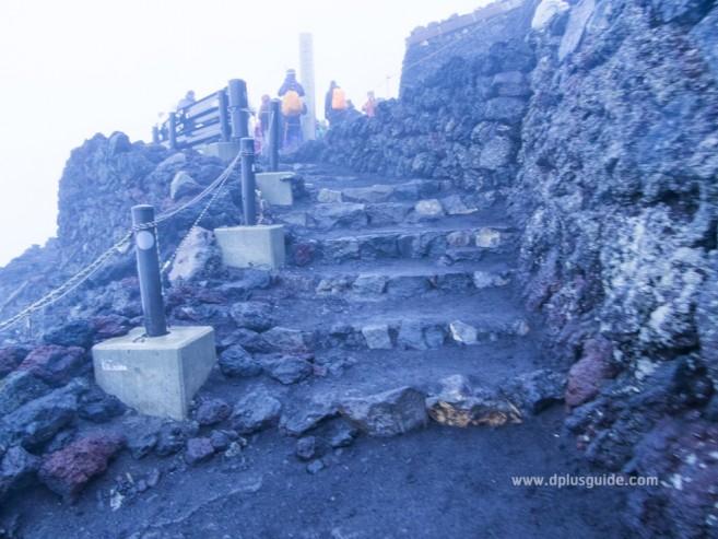 เที่ยวญี่ปุ่น พิชิตภูเขาไฟฟูจิ บรรยากาศบน Station 10 จุดสูงสุดของภูเขาไฟฟูจิค่ะ
