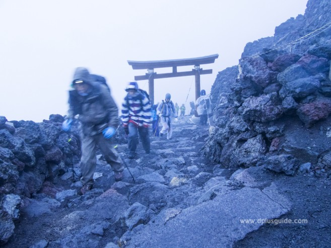 เที่ยวญี่ปุ่น พิชิตภูเขาไฟฟูจิ เสาโทริอิที่บอกว่ามาถึง Station 10 แล้ว