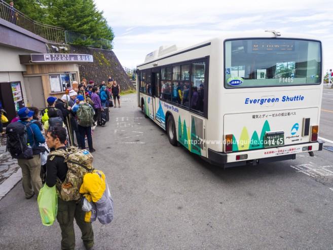 ป้ายรถบัสที่ Station 5 จุดเริ่มต้นการเดินทางขึ้นภูเขาไฟฟูจิ