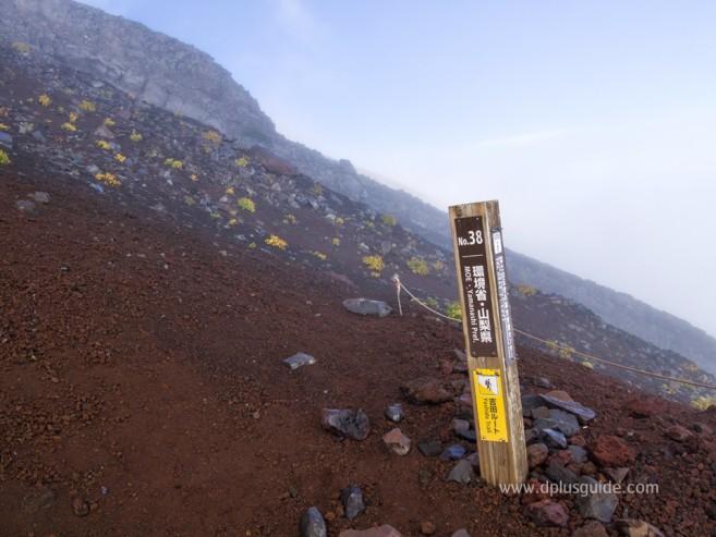 เสาหลักที่บอกเส้นทางลงจากภูเขาฟูจิ