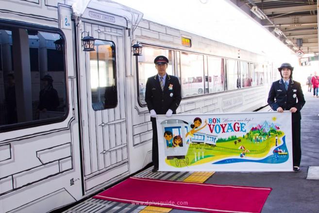 เที่ยวญี่ปุ่นขบวนรถไฟภัตตาคาร Tohoku Emotion จะได้พบกับทางเข้าขบวนรถไฟปูด้วยพรมแดง