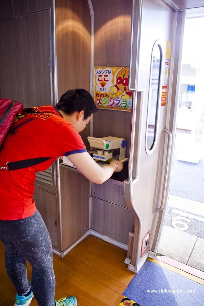 เที่ยวญี่ปุ่น ประทับตราโลโก้บนขบวนรถไฟ Anpanman Dosan Line