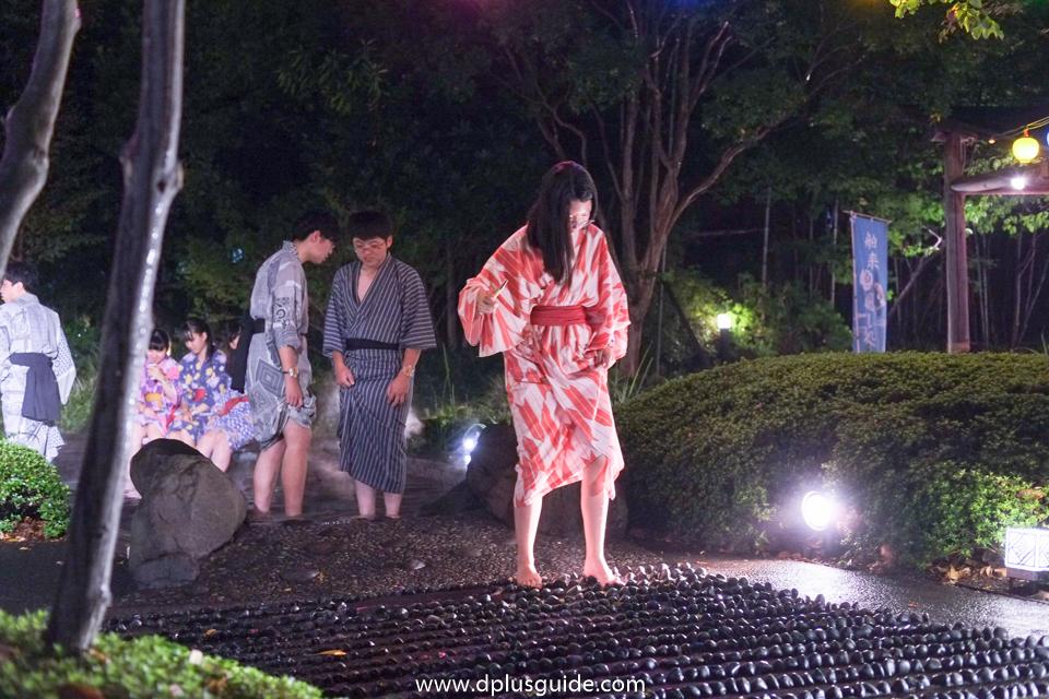 บริเวณสวนแช่สปาเท้า ออนเซ็น โอเอโดะ โมโนกาตาริ (Oedo Onsen Monogatari)