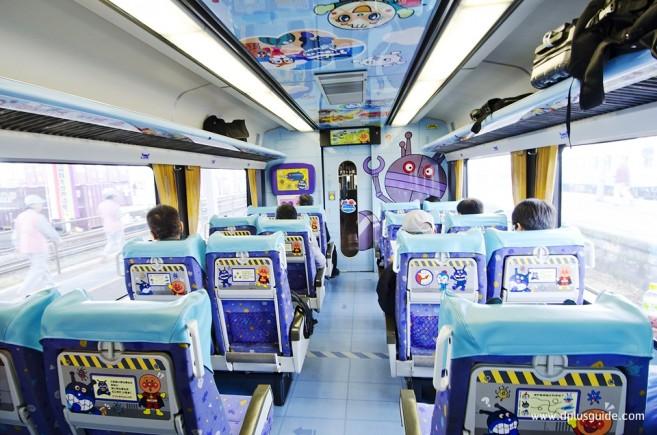 เที่ยวญี่ปุ่น นั่งรถไฟพิเศษ ด้านในขบวนรถไฟอันปังแมน Anpanman Yosan Line ในญี่ปุ่น