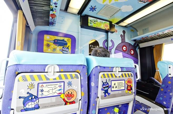 ด้านในขบวนรถไฟ Anpanman Yosan Line ในญี่ปุ่น