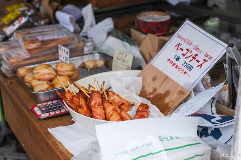 รีวิว เดินเที่ยว เดินกินที่ตลาดปลาสึกิจิ (Tsukiji) ฮอทดอกพันเบคอนทอดกรอบ