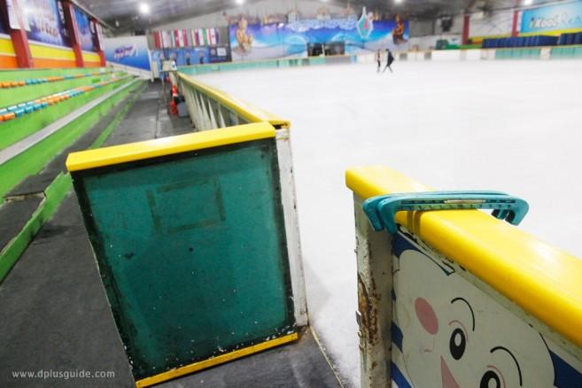 บรรยากาศในลานสเก็ตน้ำแข็ง อิมพีเรียล เวิลด์ ไอซ์สเก็ตติ้ง (Imperial World Ice Skating)
