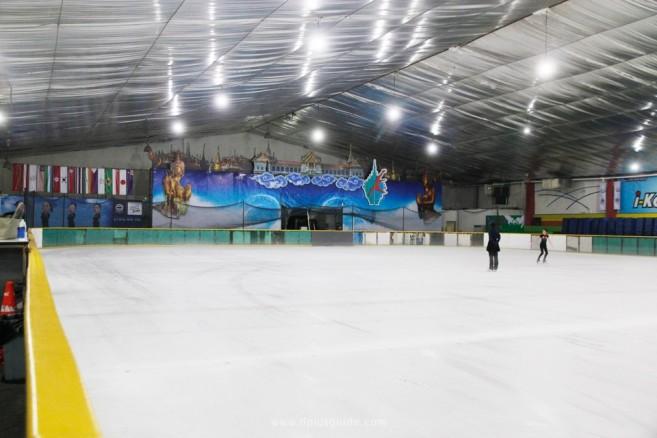 โค้ชและนักกีฬา ขณะฝึกซ้อมที่ ลานสเก็ตน้ำแข็ง อิมพีเรียล เวิลด์ ไอซ์สเก็ตติ้ง (Imperial World Ice Skating)