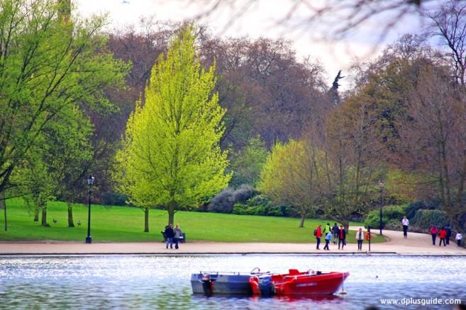 สวน HYDE PARK ที่อังกฤษ อยู่ติดกับสวน Kensington Garden ยังสามารถเช่าเรือมาพายในสระน้ำ Serpentine กลางสวนได้