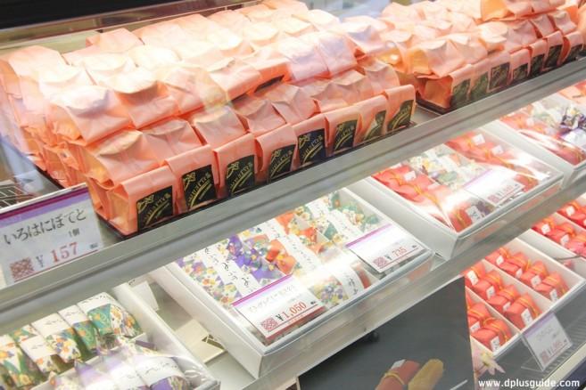 เที่ยวคิวชู สาวกคุมะมง ซื้อของฝากได้ที่สถานี JR Kumamoto เที่ยวคุมาโมโตะ