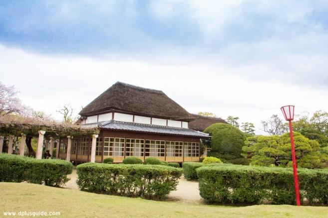 เที่ยวซากะ ภูมิภาคคิวชู สาวกน้ำชาห้ามพลาด เรือนน้ำชา Heisei Kakurintei เรือนไม้ริมบึงน้ำที่สวน Kono