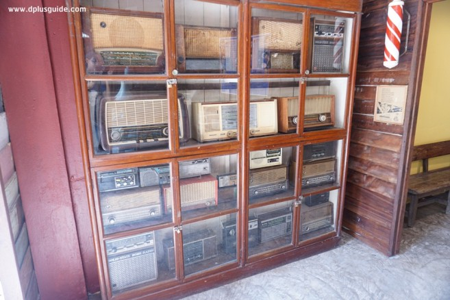 ด้านหน้าจะเป็นร้านทีวี วิทยุ โทรศัพท์ ส่วนด้านในจะเป็นร้านตัดผม