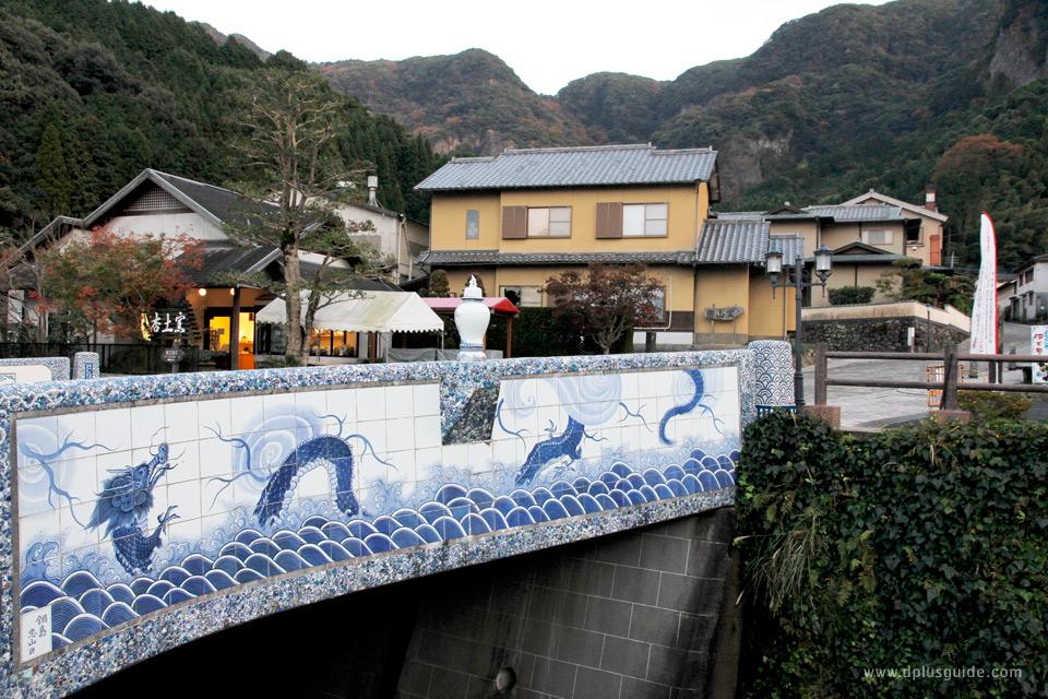 สะพานนาเบะชิมะฮันโย (Nabeshima Hanyo Hashi) สะพานปูกระเบื้องลายคราม แลนด์มาร์กของที่นี่คอยต้อนรับแขกผู้มาเยือน