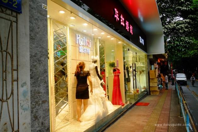 เที่ยวจีน ช้อปสินค้าส่ง ที่กวางโจว ถนน Jiangnan Avenue หรือถนนเจียงหนาน แหล่งรวบรวบร้านค้าประเภทชุดแต่งงาน และชุดราตรี