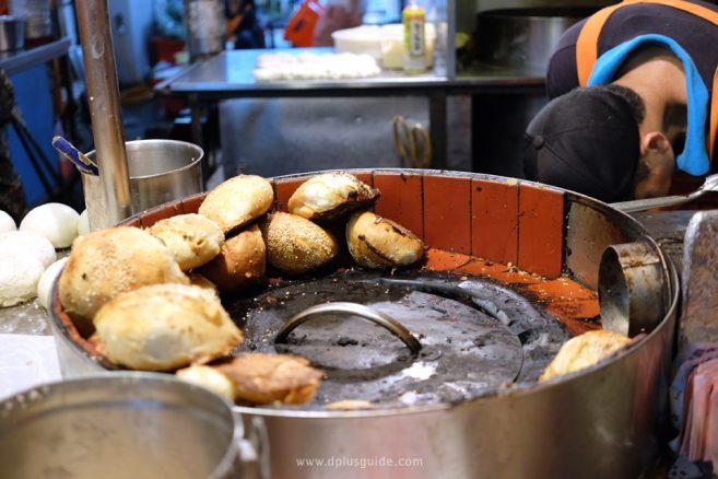 เที่ยวไต้หวัน กินอะไรดี? ซาลาเปาอบ หูเจียวปิ่ง (胡椒餅) หมูหมักซอส - ไทเป