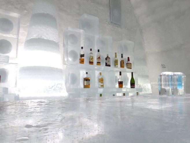 เครื่องดื่มแก้หนาว และแม้แต่ชั้นวางก็เป็นน้ำแข็ง ทะเลสาบชิคาริเบ็ตสึ (Shikaribetsu Lake Village)