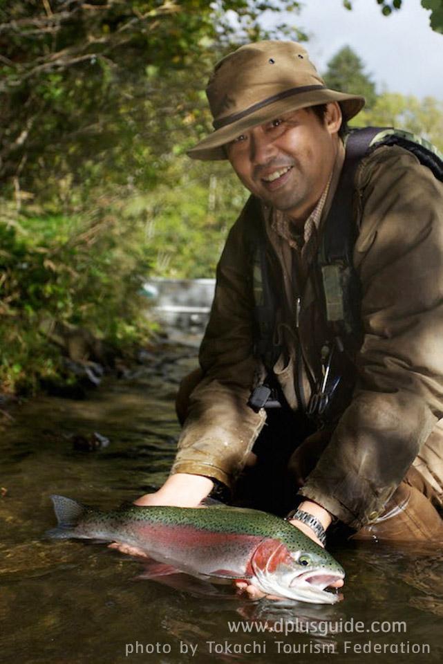 เที่ยวฮอกไกโด ญี่ปุ่น ทะเลสาบชิคาริเบ็ตสึฤดูร้อน ถิ่นที่อยู่ตามธรรมชาติของปลาเรนโบว์เทราต์ (Rainbow trout) ตัวอวบๆ