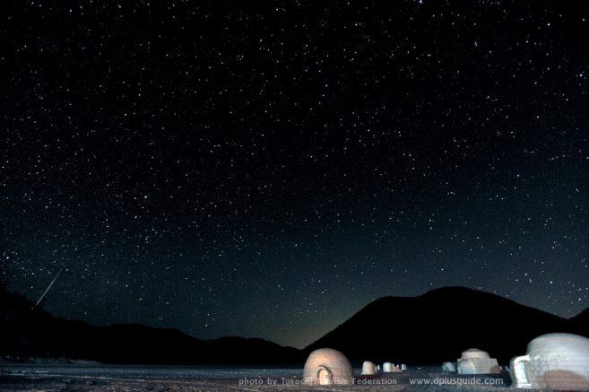 เที่ยวฮอกไกโด ทะเลสาบชิคาริเบ็ตสึ (Shikaribetsu Lake Village) บรรยากาศในยามค่ำคืนของบ้านอิกลู (igloo Village)