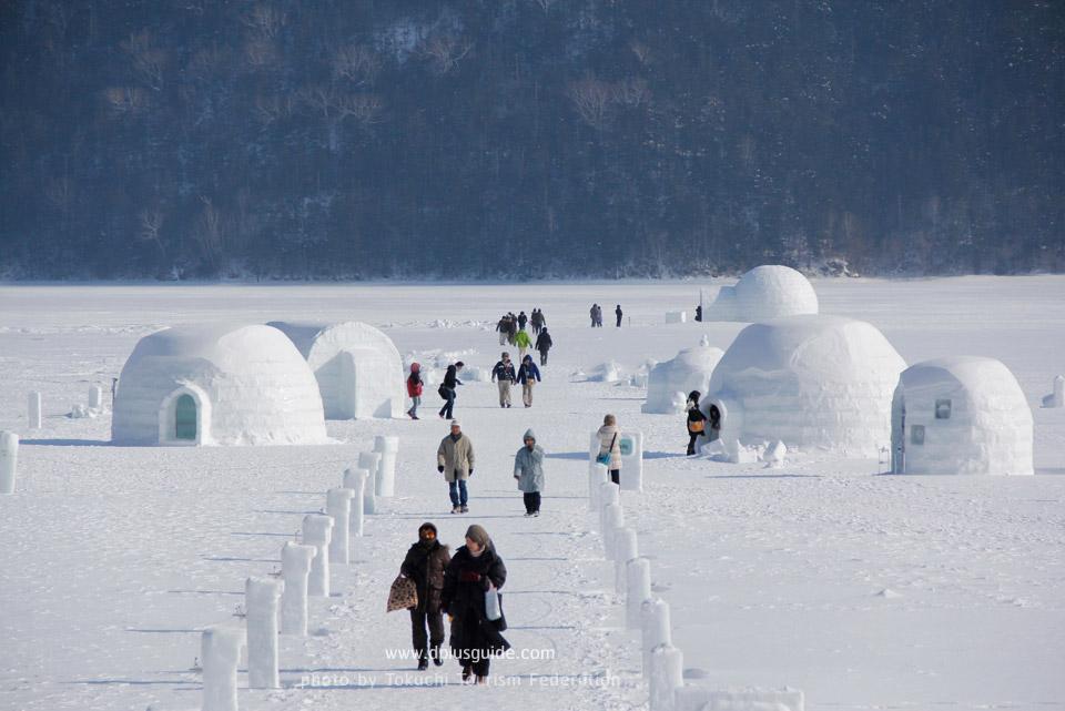 เที่ยวฮอกไกโด หมู่บ้านอิกลูบนทะเลสาบชิคาริเบ็ตสึ (Shikaribetsu Lake Village)
