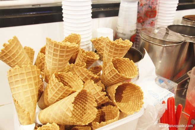 ไอศกรีมซอฟเสริฟชาไทยมีทั้งแบบโคนและแบบถ้วยนะ