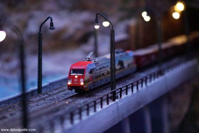มีรถไฟวิ่งผ่านรอบๆ Resource Town ด้วยนะ