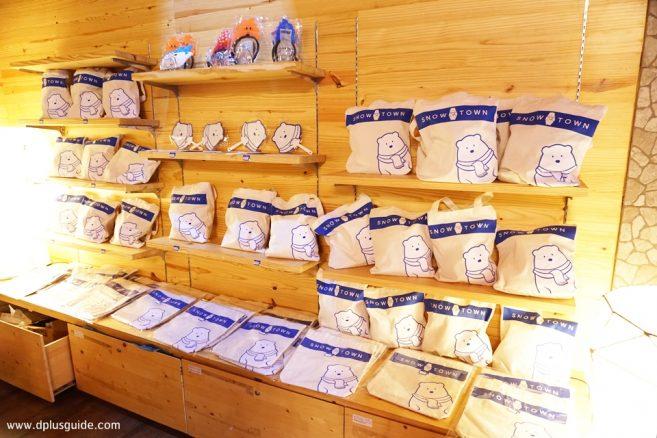 ก่อนกลับสามารถมาแวะซื้อของที่ระลึกจาก Snow Town มีถุงผ้า พัด และอื่นๆให้เลือกสรร