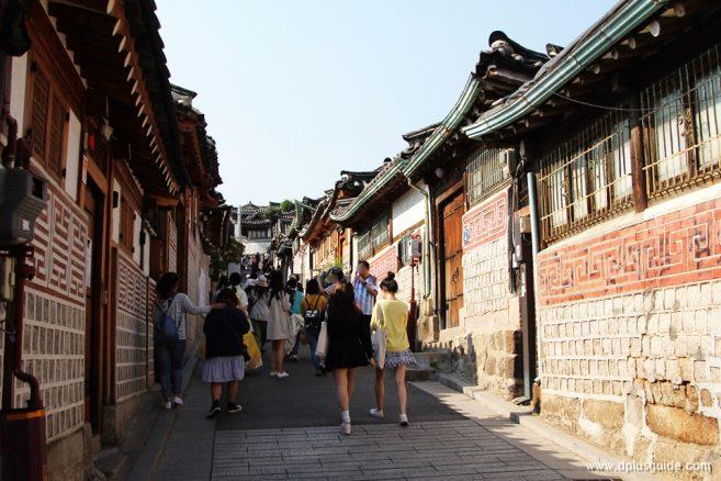 เที่ยวเกาหลี แวะเดินชมวิว ถ่ายรูป ทั้ง 8 จุดที่หมู่บ้านบุกชอนฮันอก (Bukchon Hanok Village) ใกล้สถานีรถไฟใต้ดิน Anguk