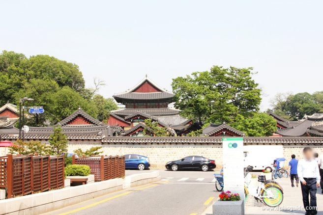 จุดถ่ายรูปที่ 1 : Panaramic View of Changdeokgung ย่านหมู่บ้านบุกชอนฮันอก (Bukchon Hanok Village)
