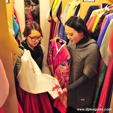 ลูกค้าเลือกชุดฮันบก ร้าน GOGUAN HANBOK STUDIO