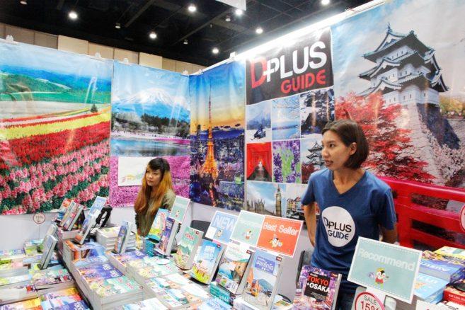 ในงานยังมีบูธของพวกเรา DPlus Guide มาขายหนังสือท่องเที่ยวให้เลือกอ่านเลือกช้อปกันด้วย
