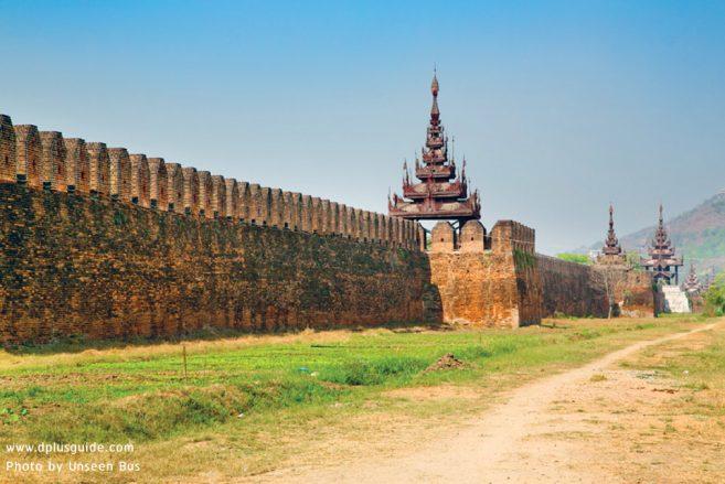 กำแพงวังคือสิ่งที่เหลือจากระเบิดสงคราม มัณฑะเลย์