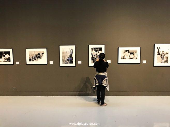 นิทรรศการภาพถ่ายฝีพระหัตถ์พระบาทสมเด็จพระปรมินทรมหาภูมิพลอดุยเดช ช่วงต้นรัชกาล อยู่บริเวณชั้น 9 หอศิลปวัฒนธรรมแห่งกรุงเทพมหานคร