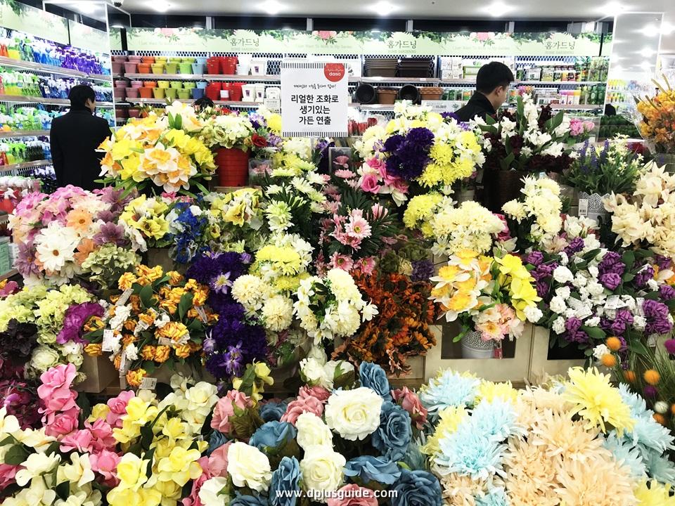สามารถเลือกดอกไม้มาจัดช่อได้เองนะคะ ชั้นที่ 4 ร้าน Daiso สาขาเมียงดง