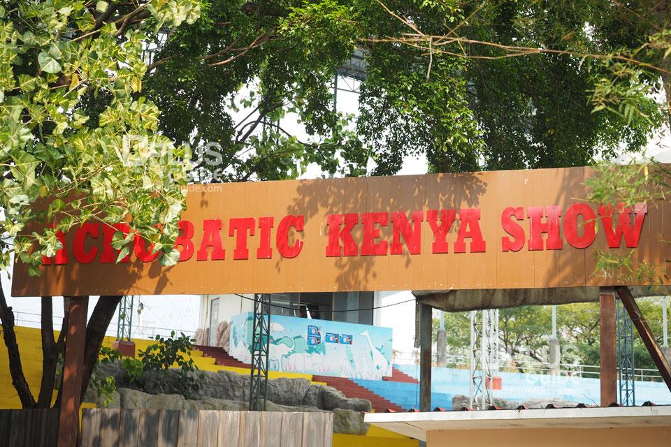 บริเวณด้านหน้าการแสดงกายกรรมเคนย่า สวนสัตว์ดุสิต (Dusit Zoo)