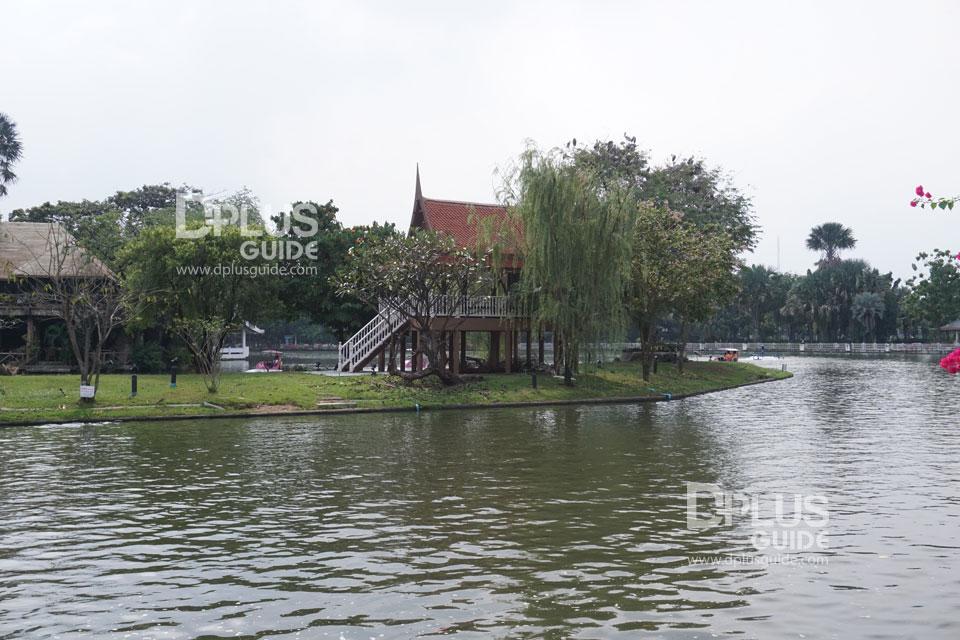 ศาลาทรงไทยกลางสระน้ำของสวนสัตว์ดุสิตเคยเป็นที่ประทับพักผ่อนพระราชอิริยาบถของรัชกาลที่ 5