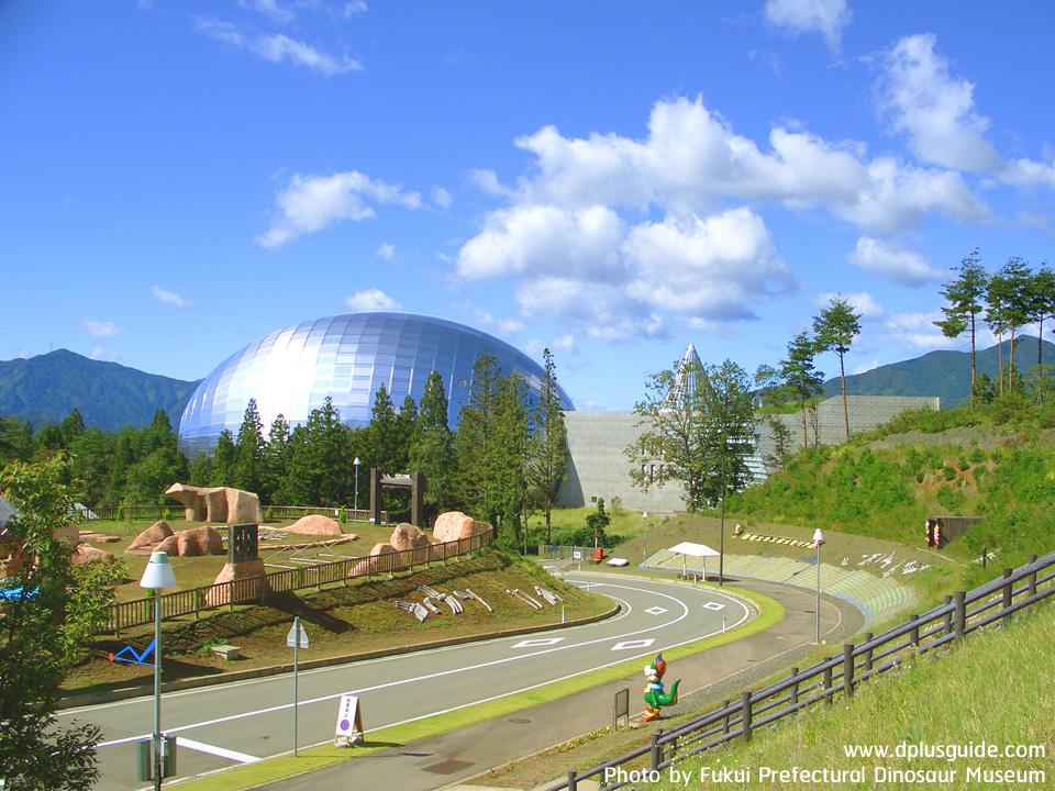 มุมกว้างก่อนเข้าพิพิธภัณฑ์ไดโนเสาร์จังหวัดฟุกุอิ Fukui Prefectural Dinosaur Museum