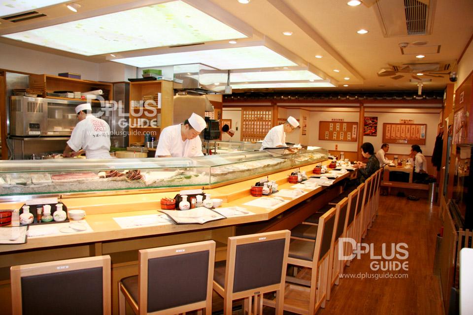 มีพ่อครัวซูชิมืออาชีพมาโชว์ฝีมือ ทำให้รับประทานตรงหน้า