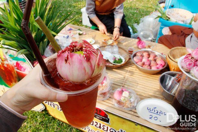 ชิมน้ำดอกบัว บูธตลาดย้อนยุคบ้านระจัน จาก จ. สิงห์บุรี