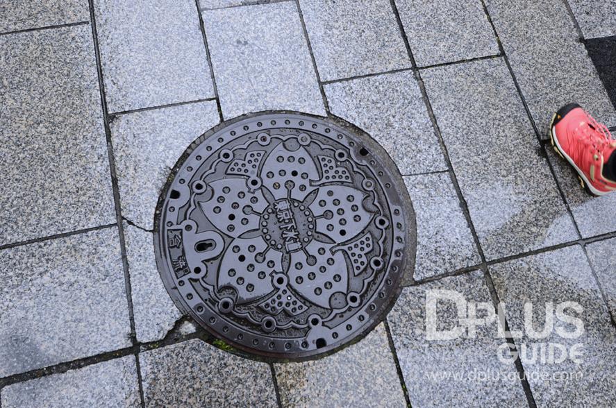 ฝาท่อที่โตเกียวเป็นรูปดอกซากุระ ถ่ายที่บริเวณหน้าวัดอะสะกุสะค่ะ
