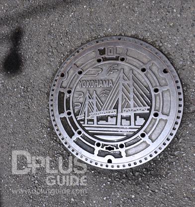 ฝาท่อที่เมืองโยโกฮาม่า สัญลักษณ์เป็นสะพานแขวนที่ยาวที่สุดในอ่าวโตเกียวค่ะ