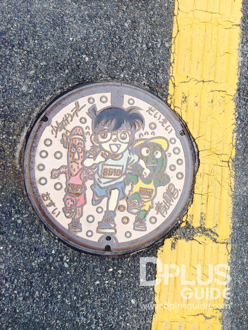 ฝาท่อโคนันคุง จากเมืองโฮคุเอย์ จังหวัดทตโตริ เป็นเมืองเกิดของอาจารย์โกะโช ผู้ให้กำเนิดการ์ตูนโคนัน
