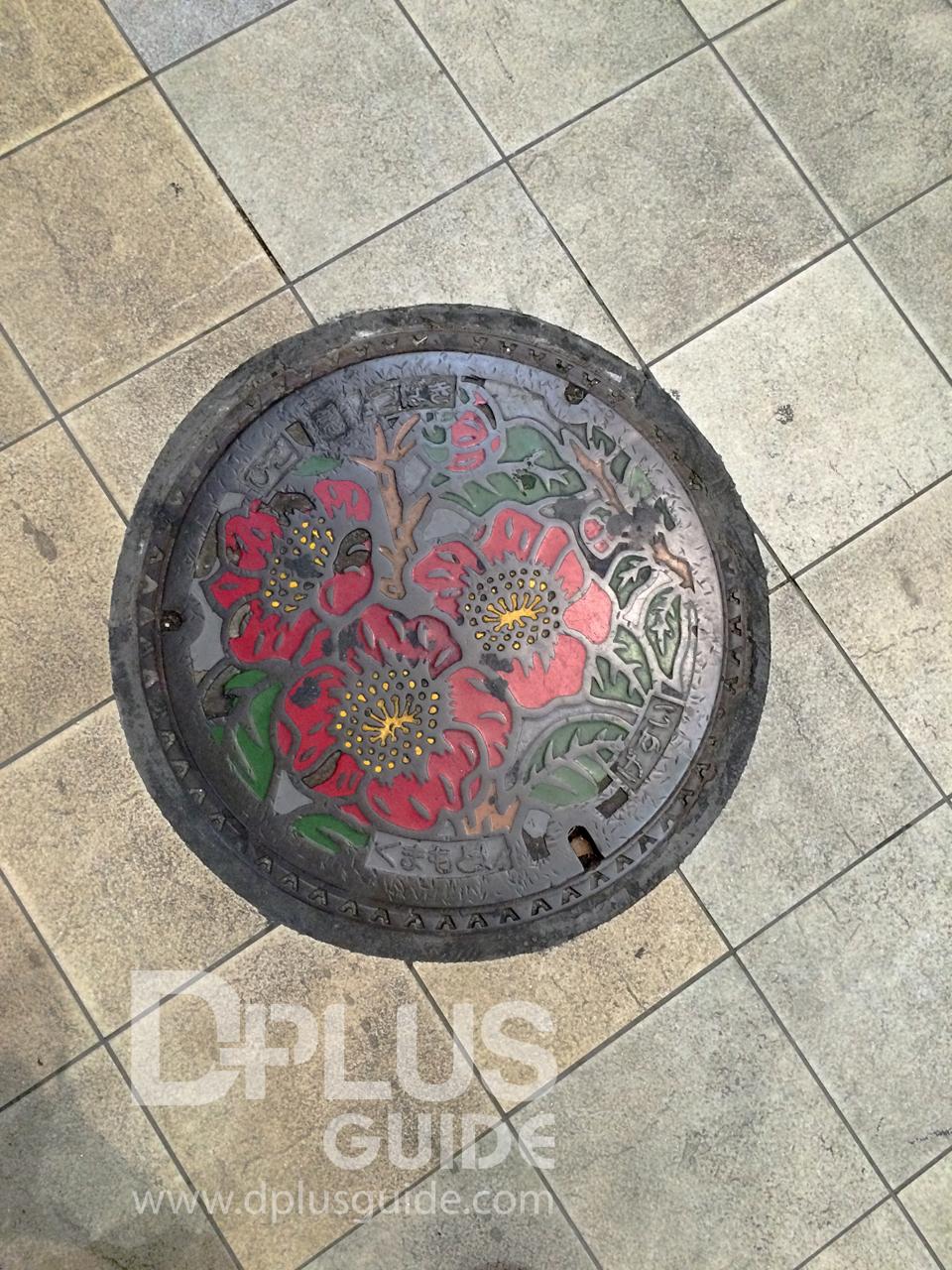 ฝาท่อเมืองคุมาโมโตะ นอกจากเจ้าคุมามงแล้วก็มีดอกไม้นะ