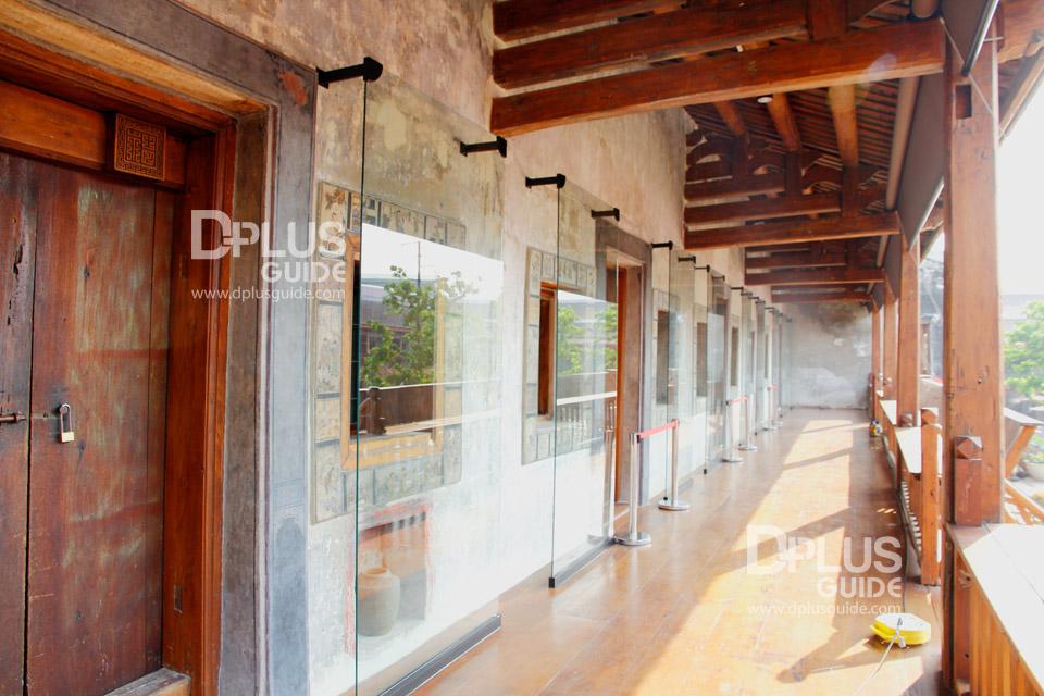 ภาพวาดบนขอบหน้าต่างที่บูรณะเสร็จแล้ว จะมีกระจกกั้นเพื่อรักษาสภาพให้คงเดิมที่สุด
