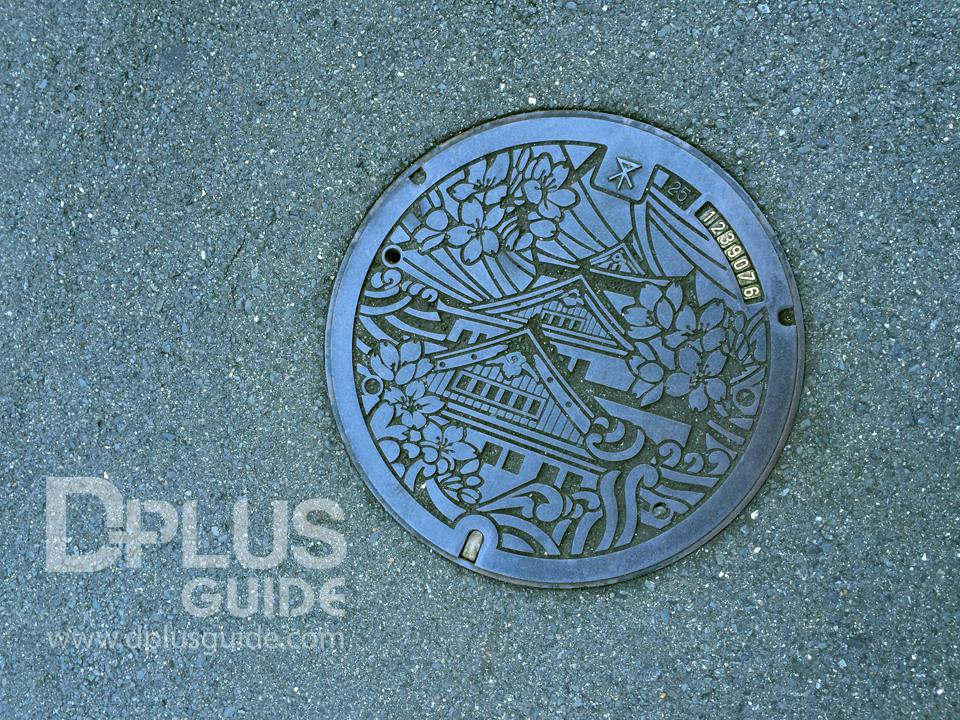 ฝาท่อที่เมืองโอซาก้า สัญลักษณ์คือปราสาทโอซาก้าอันสง่างาม
